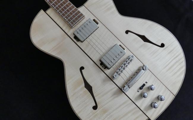 Osiris, Guitare Voyageuse et Modulaire - réalisée par Hervé BERARDET Artisan Luthier, atelier Guitare et Création - corps en diagonale décroché