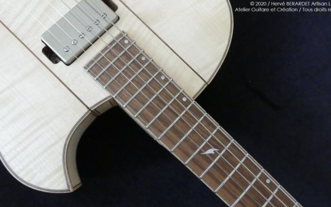 Osiris, Guitare Voyageuse et Modulaire - réalisée par Hervé BERARDET Artisan Luthier, atelier Guitare et Création - gros plan tout érable en diagonale