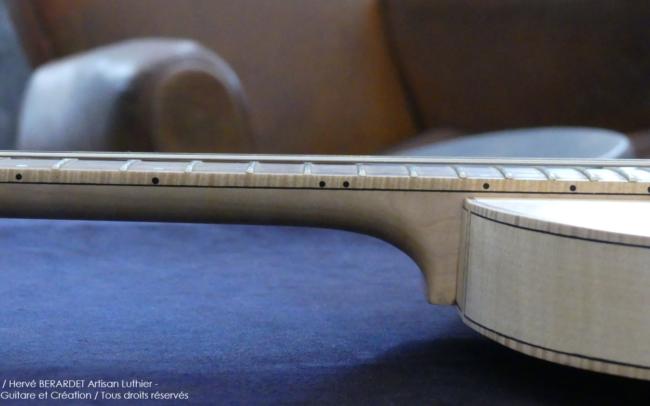 Osiris, Guitare Voyageuse et Modulaire - réalisée par Hervé BERARDET Artisan Luthier, atelier Guitare et Création - gros plan profil manche